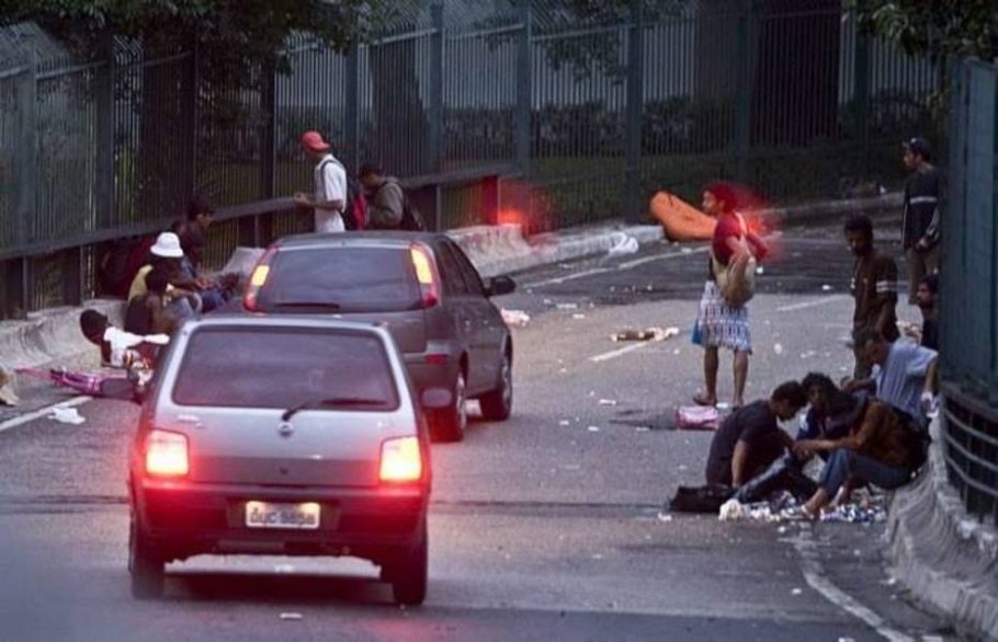 Usuários consomem crack durante a madrugada no Minhocão. 07/01/2010 - JB Neto/AE