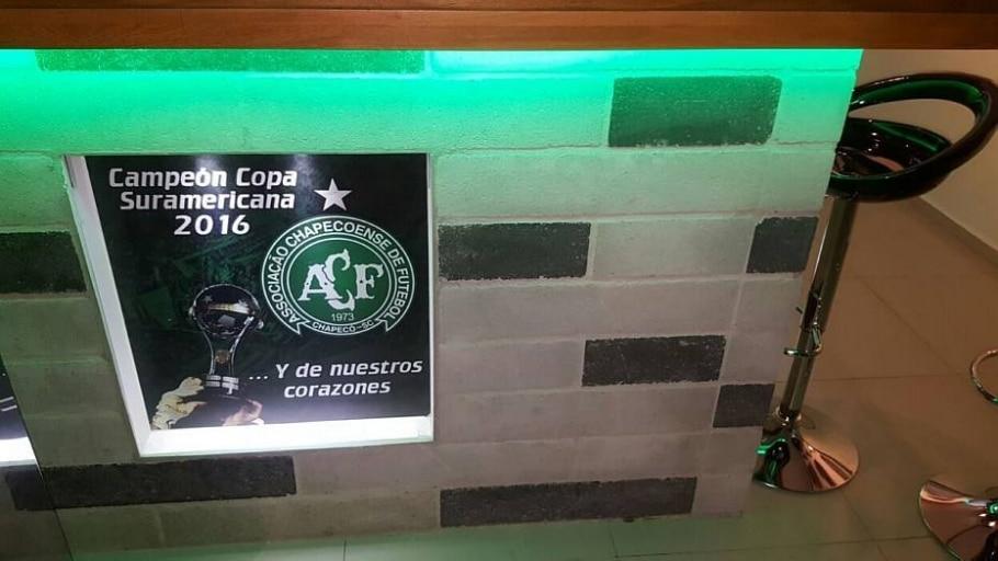 Cartaz no balcão mostra a comemoração pelo título póstumo entregue ao time catarinense - Arquivo Pessoal