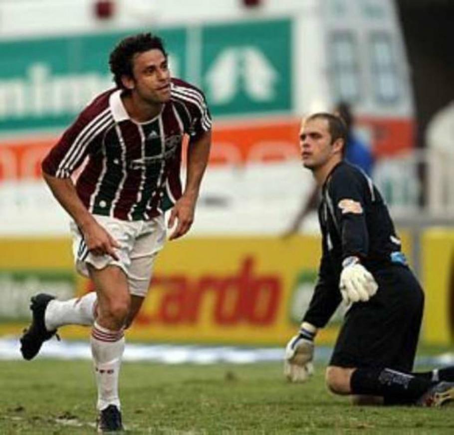 Fred corre para comemorar gol do Fluminense no Macaé - Marcos D