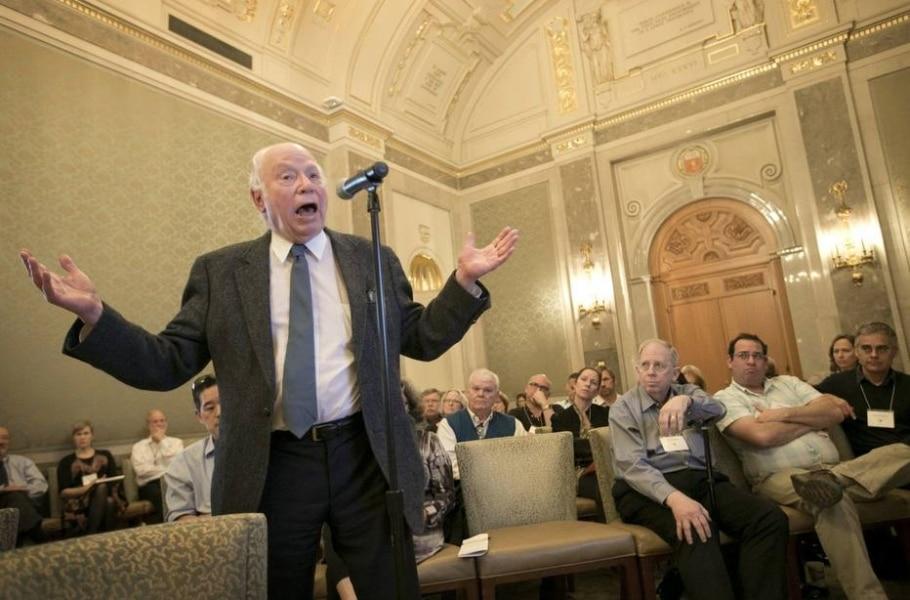 O vencedor do Nobel de Física Steven Weinberg, de 82 anos, disse que não cumprirá lei estadual e proibirá o porte de armas em suas aulas - Reprodução/JAY JANNER/Statesman
