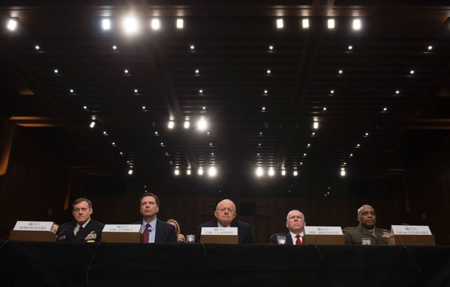 Diretor da NSA, Michael Rogers, do FBI, James Comey, de Inteligência Nacional, James Clapper, da CIA, John Brennan e da Agência de Inteligência, Vincent Stewart, participam de audiência no Congresso sobre ameaças aos EUA - AFP / MOLLY RILEY