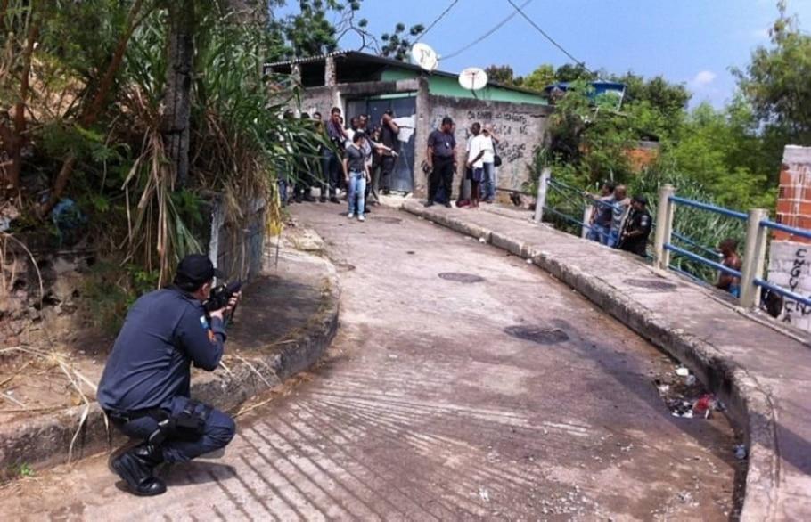 Polícia simula circunstâncias da morte de Cláudia Silva Ferreira, arrastada por viatura da PM - Thaise Constancio/Estadão