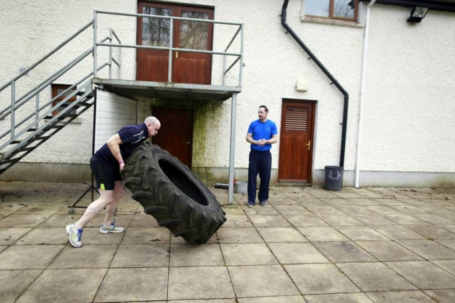 Pierre Pepper vira pneu de trator durante treinamento - Cathal McNaughton/ Reuters