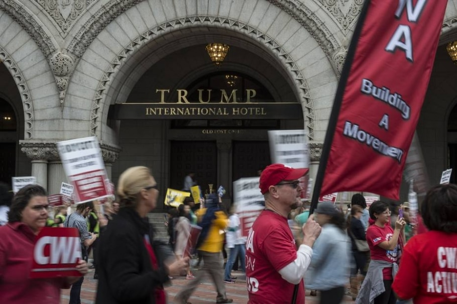 Manifestantes protestam diante do hotel de Trump em Washington - Nikki Kahn-The Washington Post