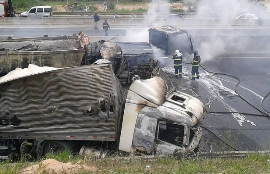 Acidente incendeia caminhões e bloqueia Anhanguera em SP - Laura Maia de Castro/Estadão