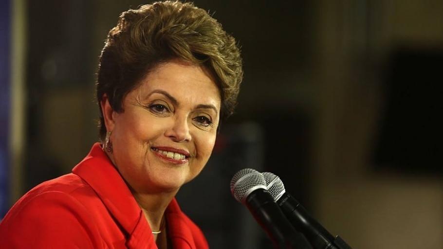 Animada após o debate, Dilma tira selfies e dá