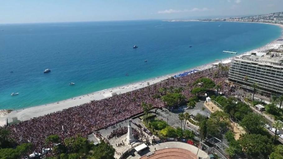 Imagem feita por drone mostra os franceses reunidos em Nice para homenagear vítimas do atentado - AFP PHOTO / VILLE DE NICE