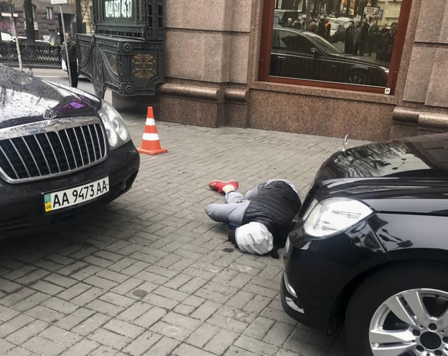 De acordo com a polícia ucraniana, o autor do disparos que mataram o ex-deputado foi ferido por um guarda-costas; o homem ainda não foi identificado - AP Photo/Alisa Berezutsskaya