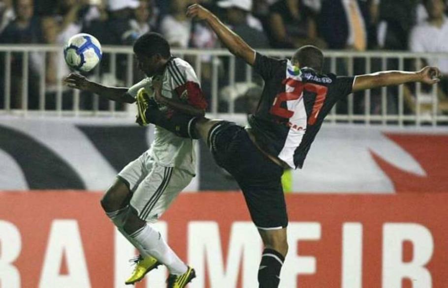 Márcio Araújo e Léo Gago dividem no meio-campo no empate sem gols entre Vasco e Palmeiras - Fábio Motta/AE - 16/5/2010