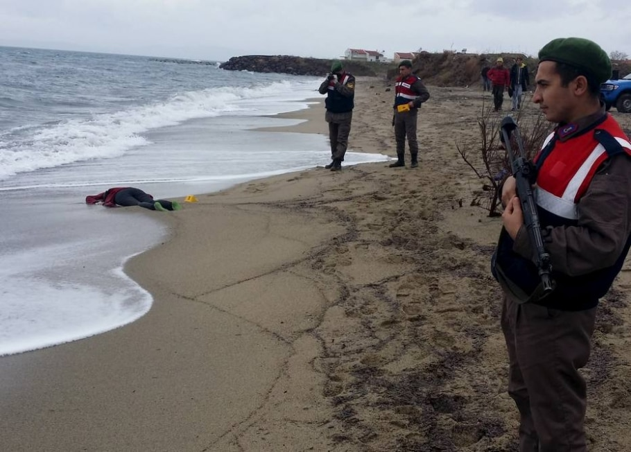 Policiais forenses turcos fotografam corpo de migrante que morreu tentando cruzar o mar Egeu - REUTERS/Taylan Yildirim/Dogan News Agency