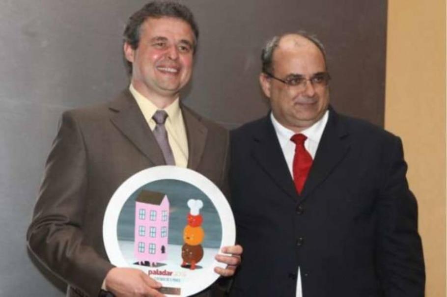 Airton Gianesi recebe o prêmio que ele e Jorge Nogara, ambos da Capricoop, receberam - Alex Silva/AE