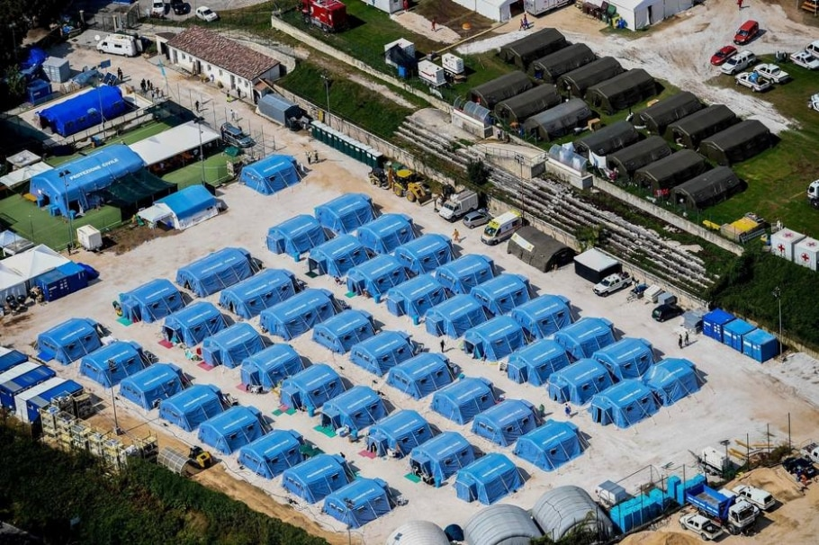 Imagem aérea mostra um dos acampamentos provisórios contruídos para receber as pessoas desalojadas pelo terremoto na Itália - EFE/Alessandro Di Meo