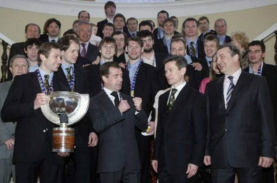 Presidente russo Medvedev recebe os campeões mundiais de hóquei - Sergei Chirikov/AP
