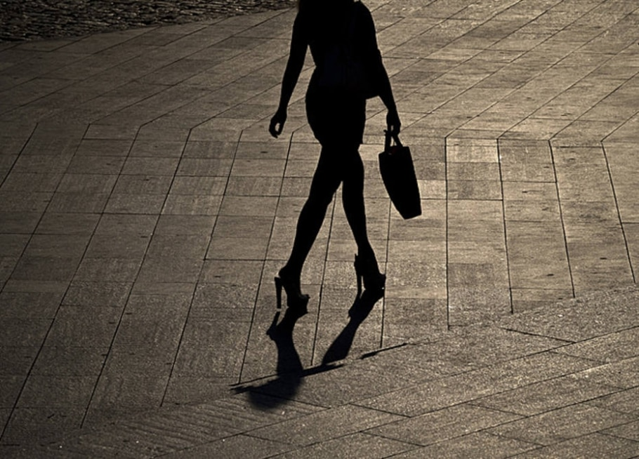 Mulher silhueta - Vadim Ghirda/ AFP