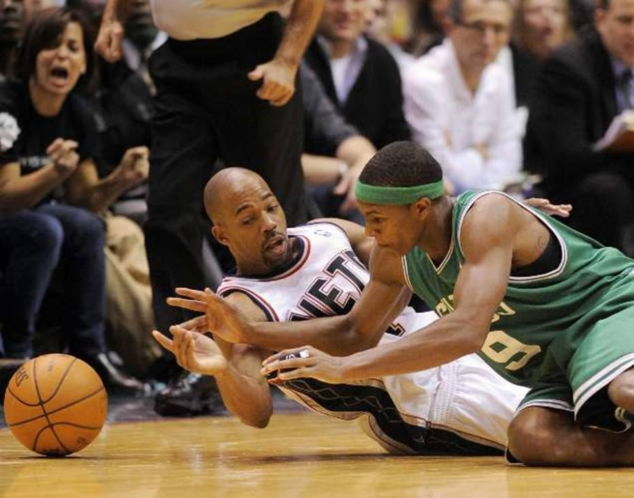 Rafer Alston, dos Nets, e Rajon Rondo, dos Celtics, disputam bola na NBA - Ray Stubblebine/Reuters