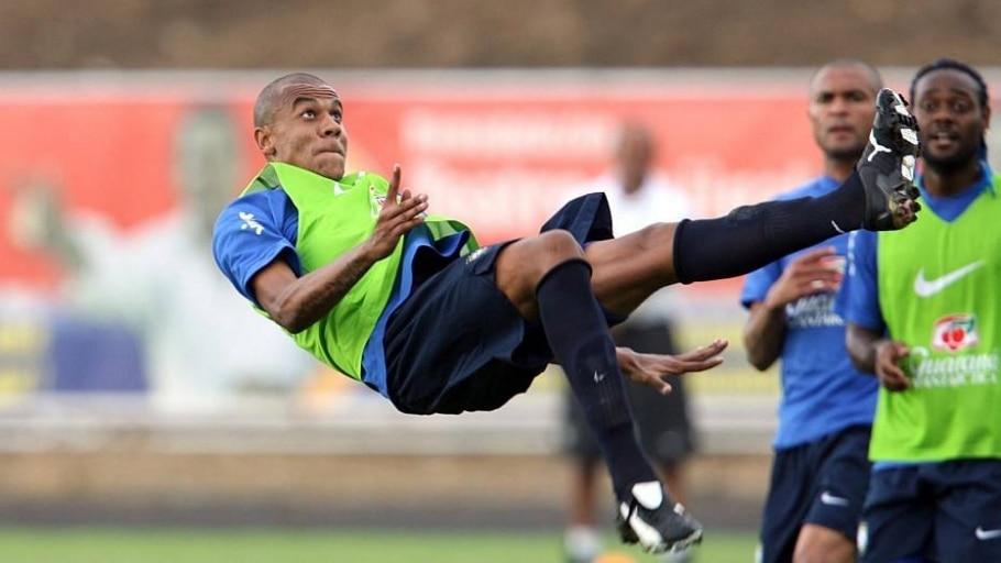 O então zagueiro do São Paulo tenta bicicleta em treino da seleção brasileira para a Copa América de 2007 - Wilton Junior/Estadão