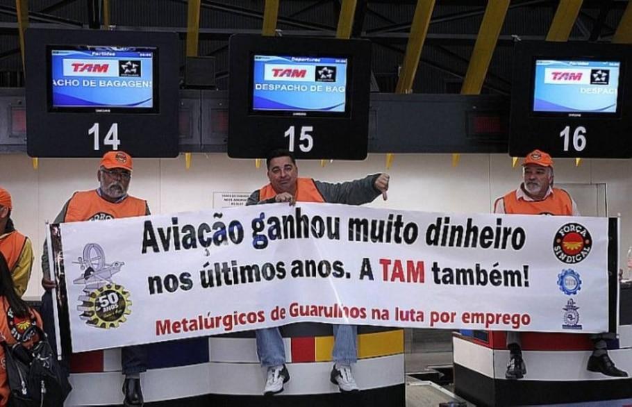 Comissários e pilotos fazem protesto no Aeroporto de Congonhas contra demissões na TAM - Epitácio Pessoa/AE