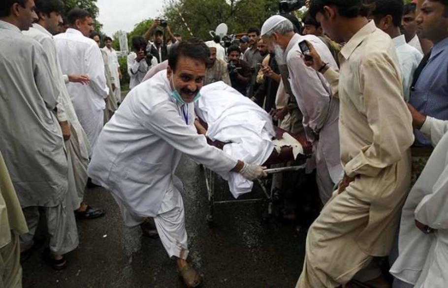Resgate leva corpo de vítima do acidente de avião em Islamabad, no Paquistão - Mian Khursheed/Reuters
