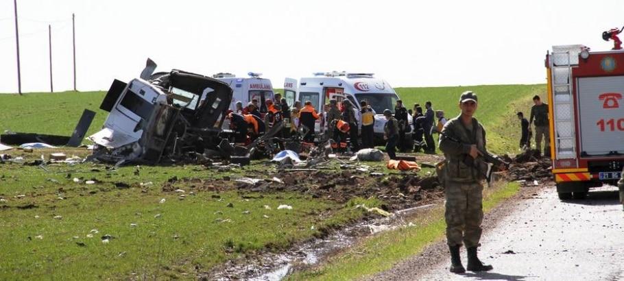 Equipes de resgate turcas atendem feridos após explosão de bomba por controle remoto ao lado de veículo militar - REUTERS/Cihan News Agency