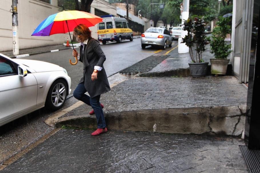 Urbanista Meli Malatesta mostra dificuldade de se andar nos Jardins - Sérgio Castro/Estadão