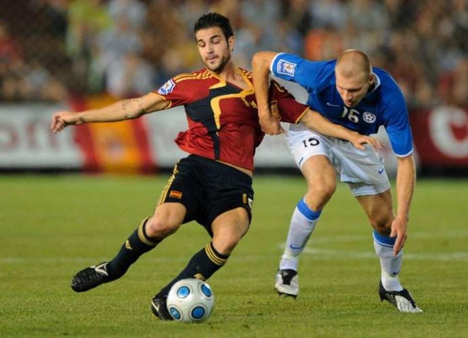 Cesc Fabregas e Ragnar Klavan disputam bola em Espanha 3 x 0 Estônia - Daniel Ochoa de Olza/AP