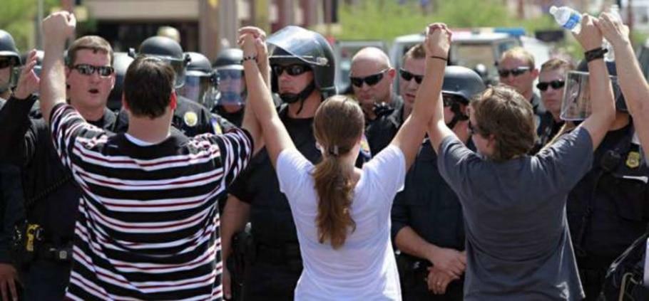 Manifestantes sustentam que a lei trará a discriminação racial como resultado da lei - Matt York/AP