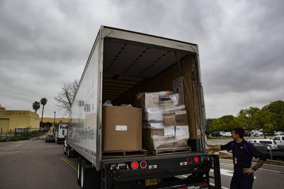 Caminhão da empresa de transportes FedEx entrega cerca de 15 mil pedidos de visto de trabalho no centro de triagem, em Laguna Niguel, na Califórnia - Eros Hoagland/The New York Times