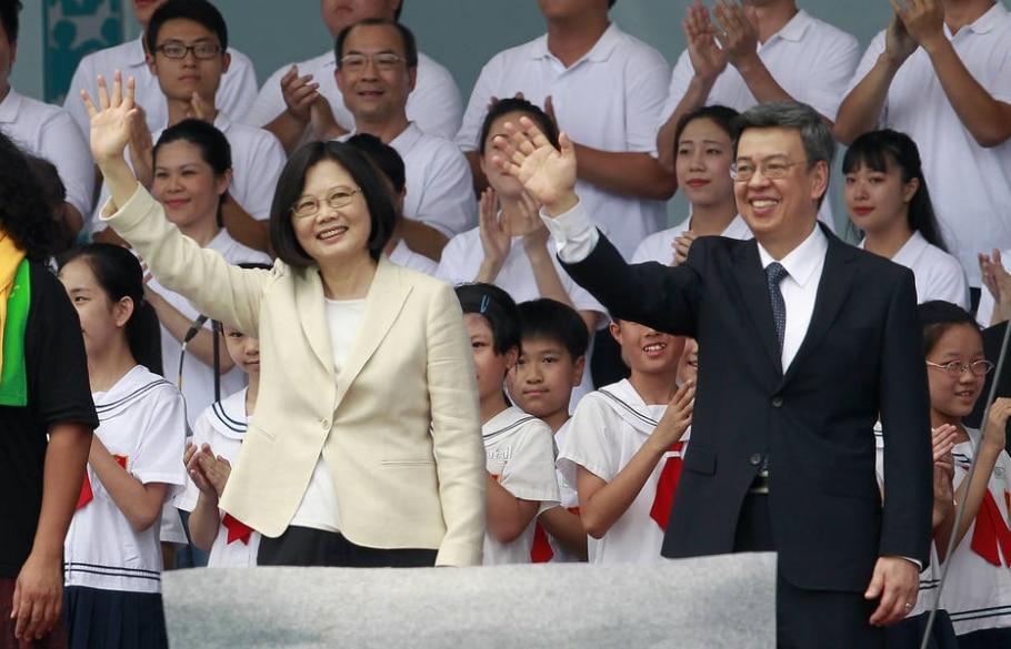 A nova presidente de Taiwan, Tsai Ing-wen, e se vice, Chen Chien-jen, cumprimentam a população na cerimônia de posse, em Taipé - AP Photo/Chiang Ying-ying