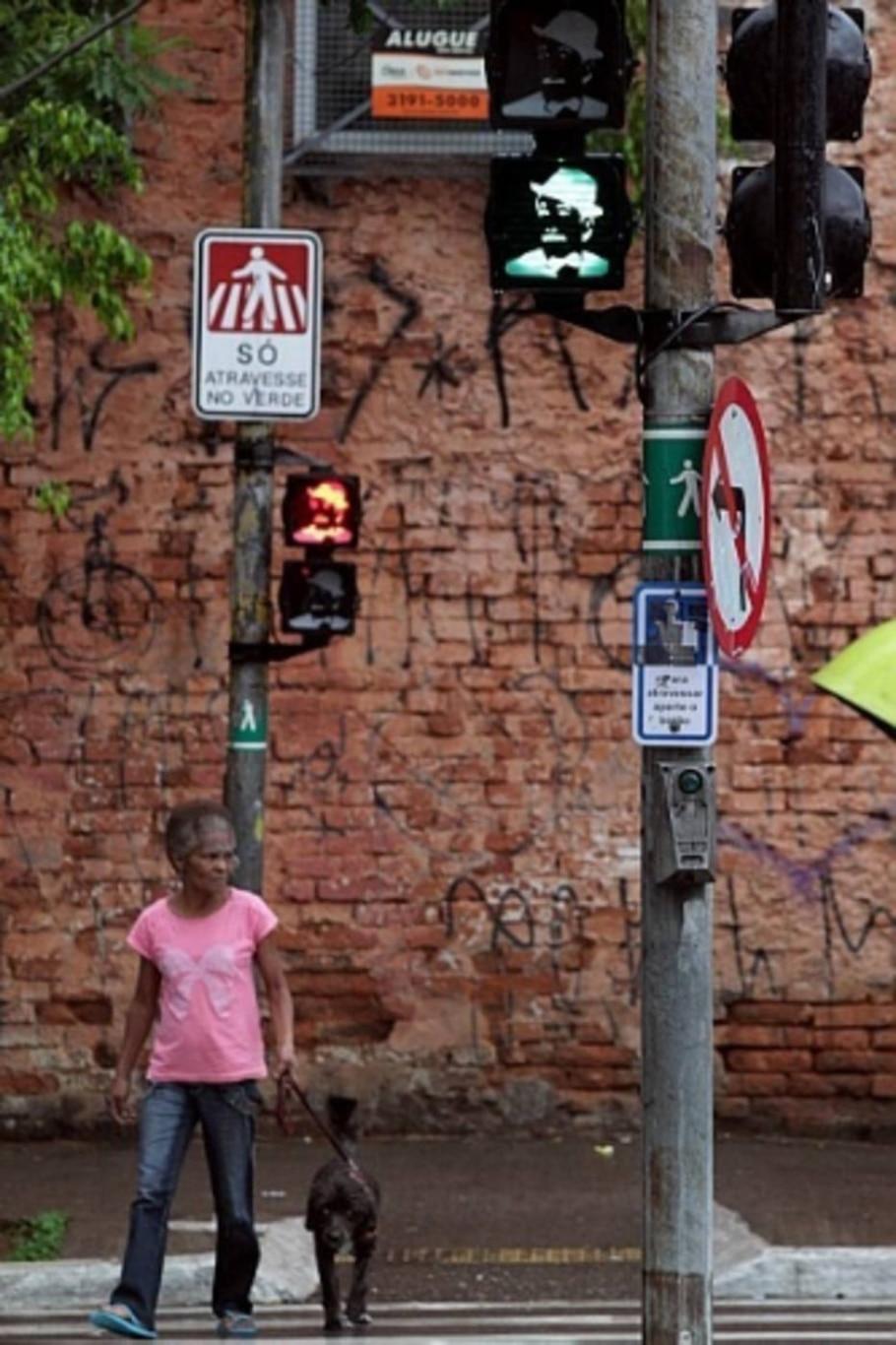 Sinais com silhueta do sambista estão no bairro do Bexiga, em SP - Márcio Fernandes/Estadão
