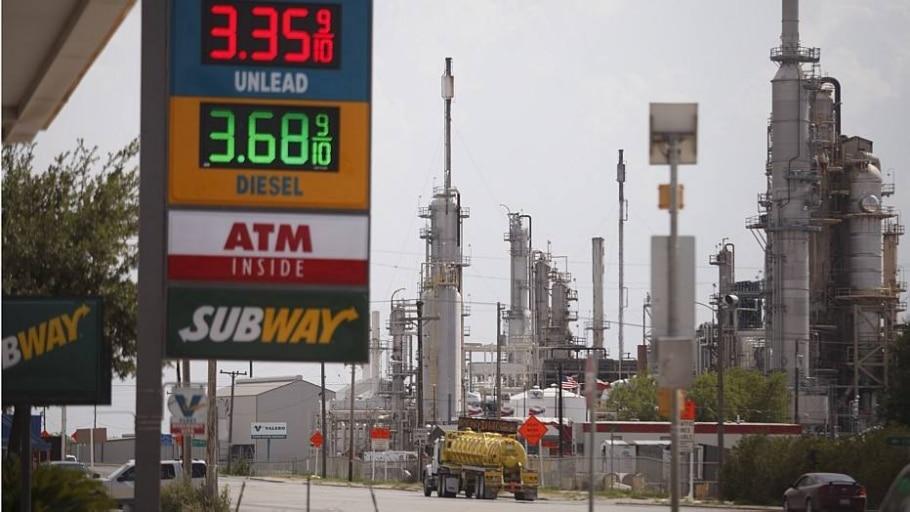 Posto de gasolina ao lado de refinaria de petróleo - Michael Stravato/NYT
