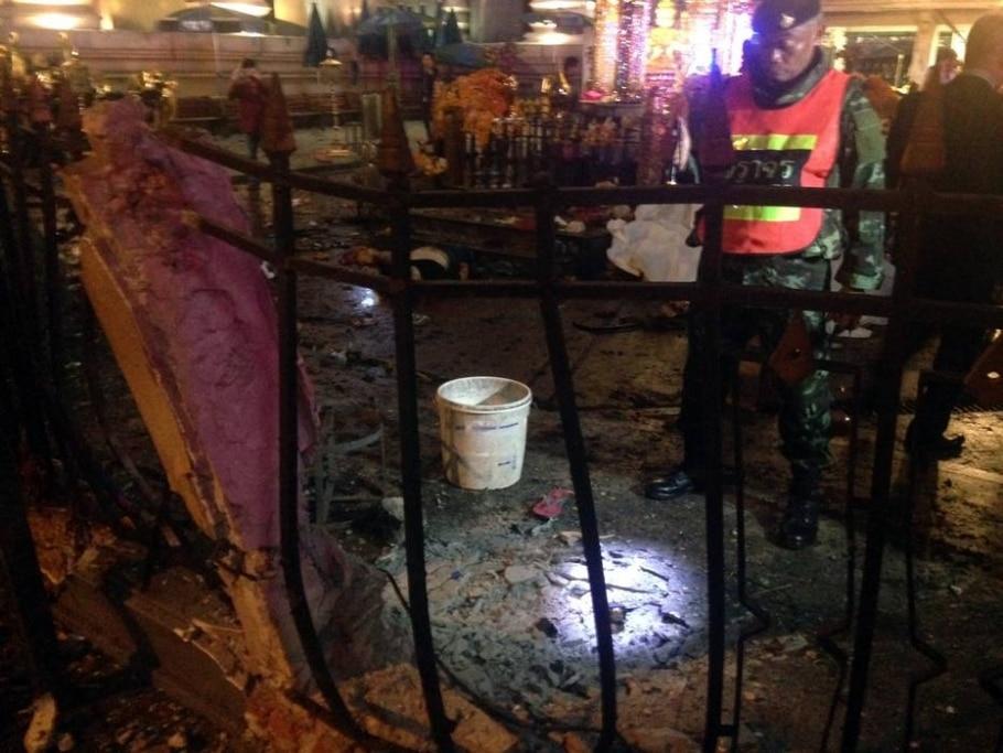 Policial tailandês analisa local da explosão de uma bomba no santuário de Erawan, que deixou mortos e feridos - AIDAN JONES/AFP