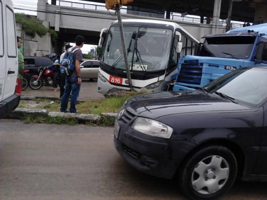 Carreta bate em ônibus na BR 101, entrada de Recife e o transito vira um caos.21/06/2011 - Reinaldo Machado/FotoRepórter/AE