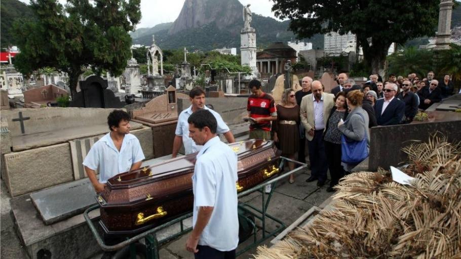 João Ubaldo foi enterrado com o fardão da ABL mas, por baixo dela, levava uma camiseta com o nome de - Marcos Arcoverde/Estadão