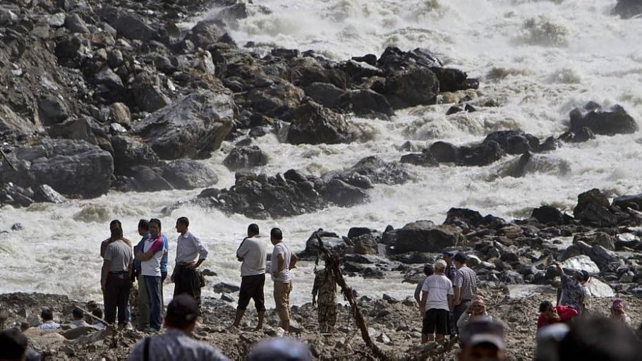 Deslizamento de terra provoca inundação no Nepal - Niranjan Shrestha/AP