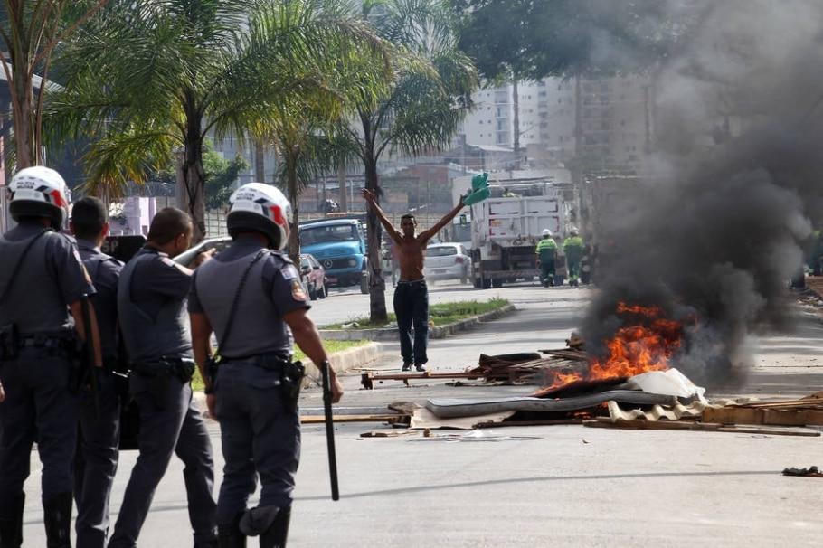 Sem-teto entram em confronto com a PM na zona leste de São Paulo - Hélvio Romero/Estadão