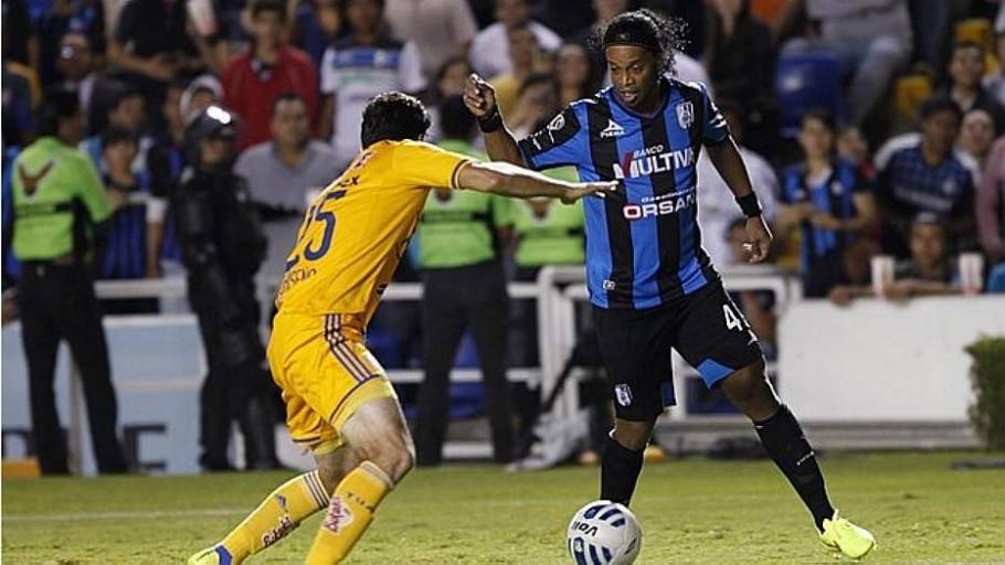 Ronaldinho isola pênalti e estreia com derrota no México - Juvencio Hernandez/Reuters