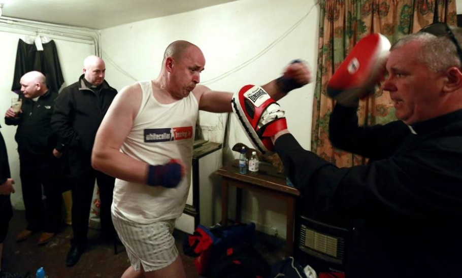 Padre se aquece antes da luta - Cathal McNaughton/ Reuters