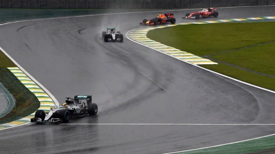 Verstappen passa Raikkonen após saída do Safety Car - Miguel Schincariol/AFP