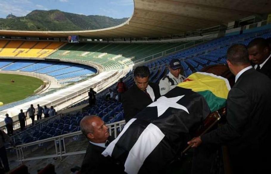 Corpo do jornalista Armando Nogueira deixa o estádio do Maracanã, no RJ, onde foi velado - Marcos de Paula/AE