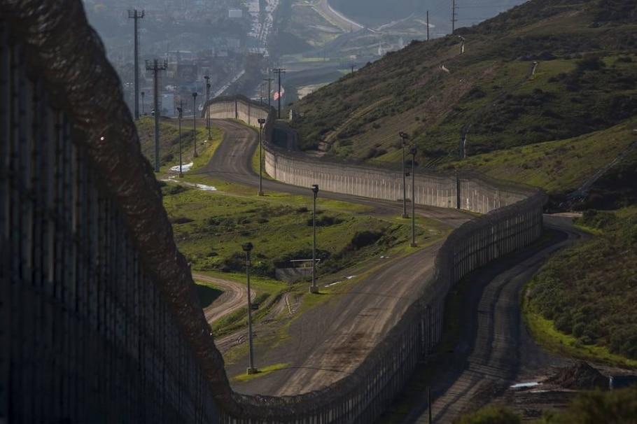 Muros ou cercas já isolam 1 mil km da fronteira entre EUA e México - DAVID MCNEW/AFP