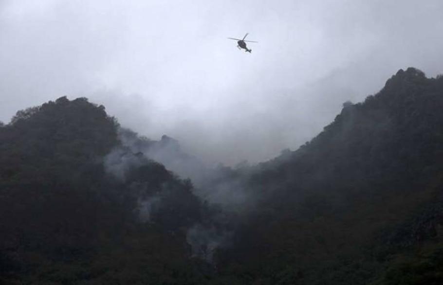 Fumaça no local do acidente do Airblue nos arredores de Islamabad, no Paquistão - Mian Khursheed/Reuters