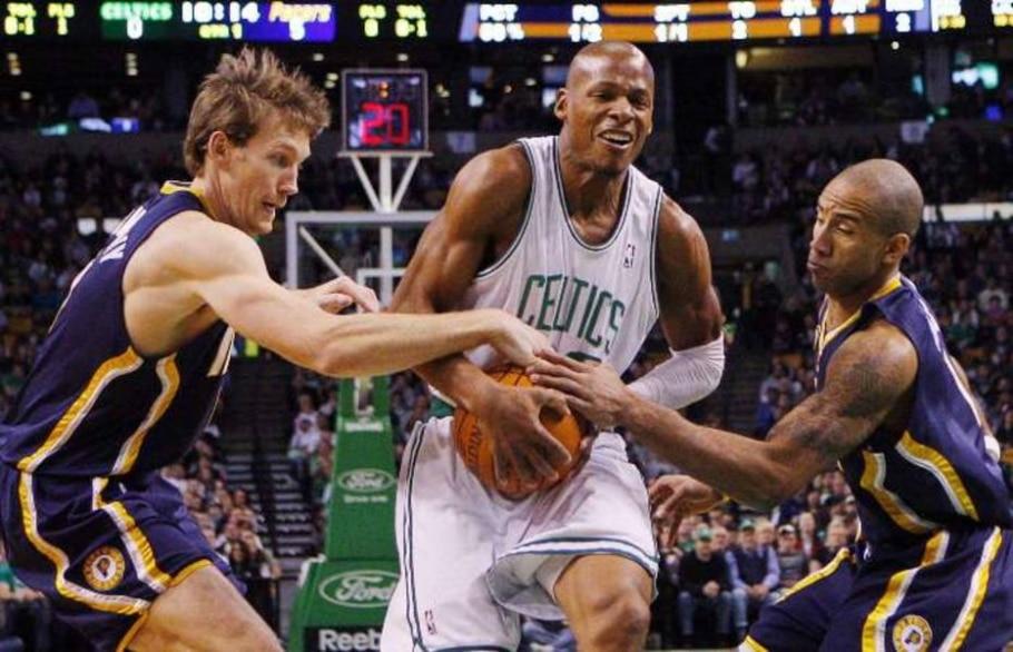 Allen, do Celtics, tenta passar pela dupla marcação de Dunleavy (esq.) e Jones, do Pacers - Brian Snyder/Reuters - 22/12/2009