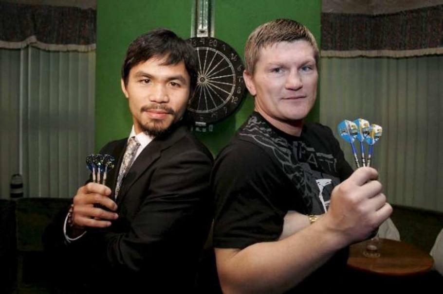 Manny Pacquiao e Ricky Hatton posam com dardos em promoção da luta - Lee Sanders/EFE