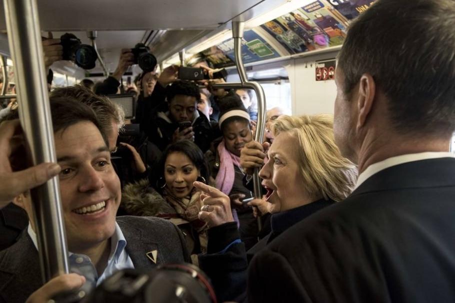 Em campanha em NY, Hillary Clinton causa alvoroço ao pegar o metrô - Andrew Renneisen/Getty Images/AFP