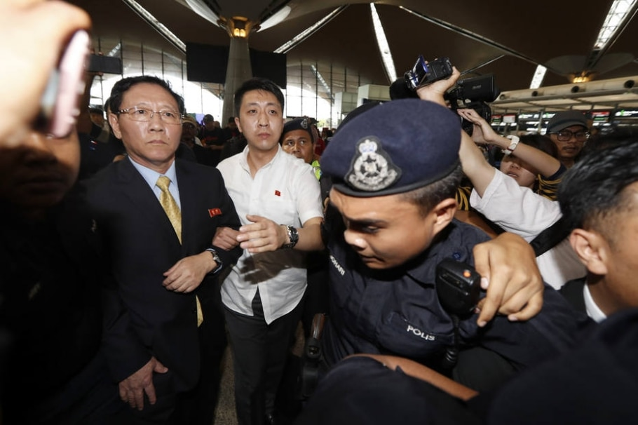 O embaixador da Coreia Norte na Malásia, Kang Chol (de gravata) chega ao aeroporto de Kuala Lumpur, de onde deixou o país após ser declarado 'persona non grata' - AP Photo/Vincent Thian