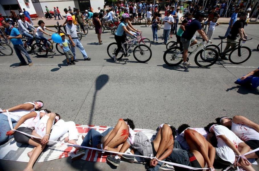 Manifestação ocorre dez meses após jovens serem sequestrados por policiais - Ulises Ruiz Basurto/EFE
