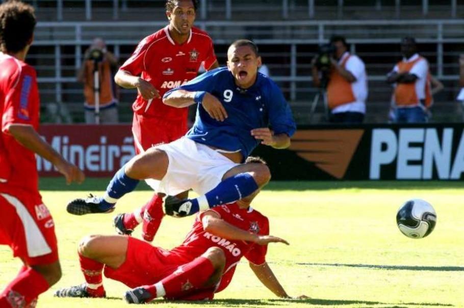 Wellington Paulista, do Cruzeiro, é atingido no jogo contra o Ituiutaba - Divulgação
