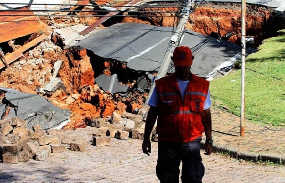 Cratera gigante é formada em rua de Campinas, no interior de SP - Pedro Amatuzzi - Sigmapress/AE