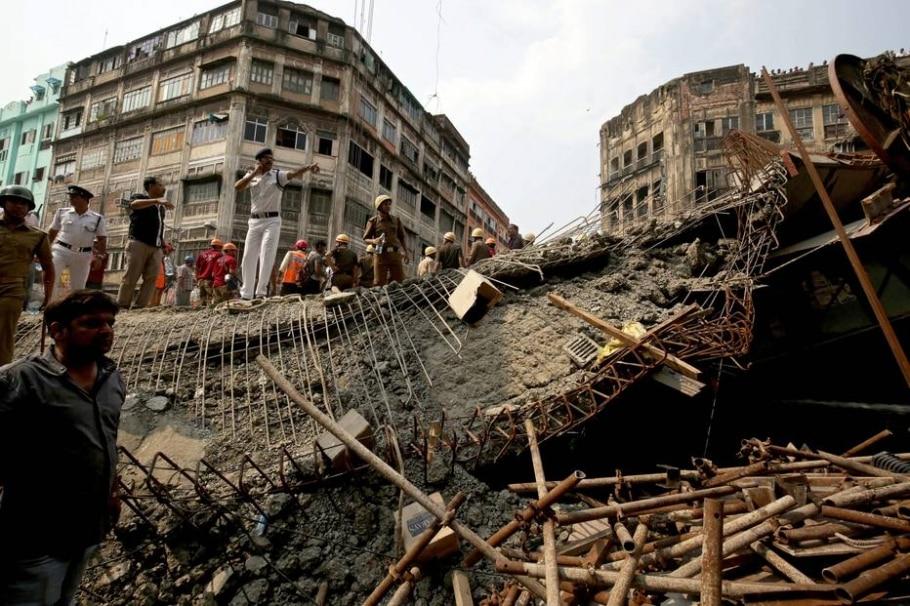 Queda de viaduto na Índia deixa dezenas de mortos e feridos - EFE/Piyal Adhikary
