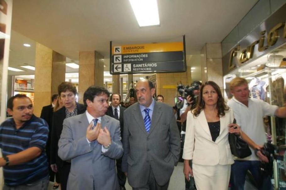 O ministro do Superior Tribunal de Justiça, Gilson Dipp (c), vistoria o Aeroporto de Congonhas - Paulo Pinto/AE